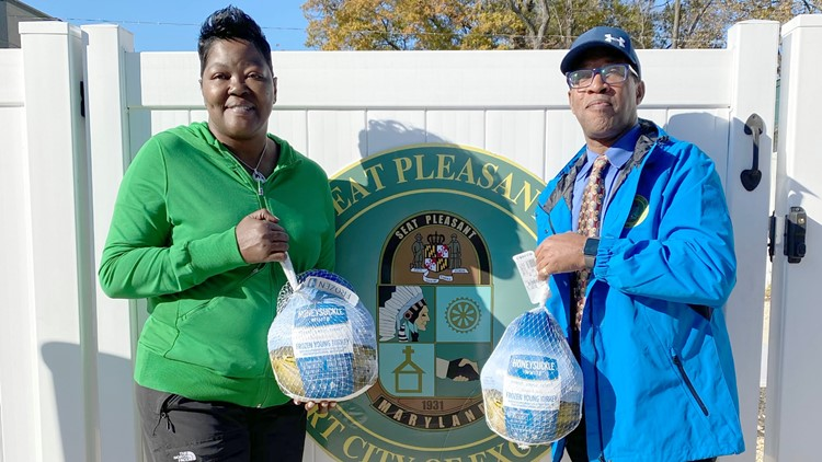 Wanda Durant hands out 200 free turkeys in Seat Pleasant, Maryland