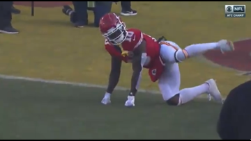 Tyreek Hill goes dog peeing pose to enter playoff game against the Titans