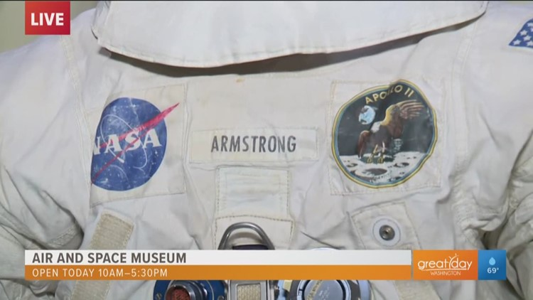 Neil Armstrong's spacesuit draws huge crowds to the National Mall