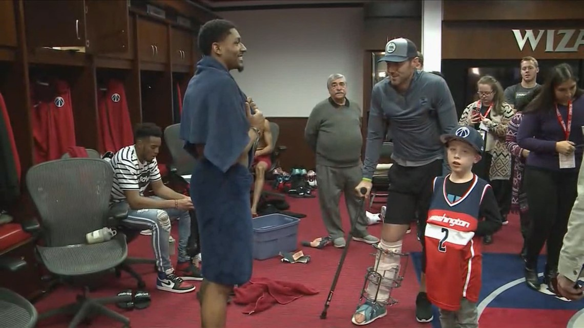 Alex Smith shows off massive leg brace at Wizards game